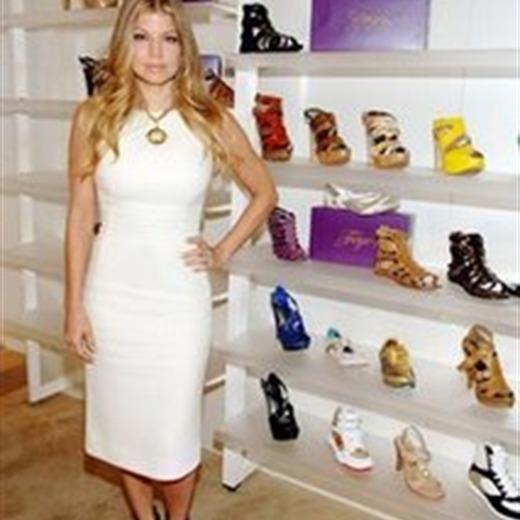 Fergie lanza línea de zapatos al alcance de sus fans
