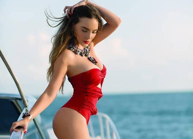 Belinda posa un sensual topless