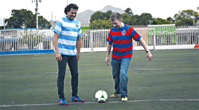 Presidente de Colombia juega partido de fútbol con Carlos Vives