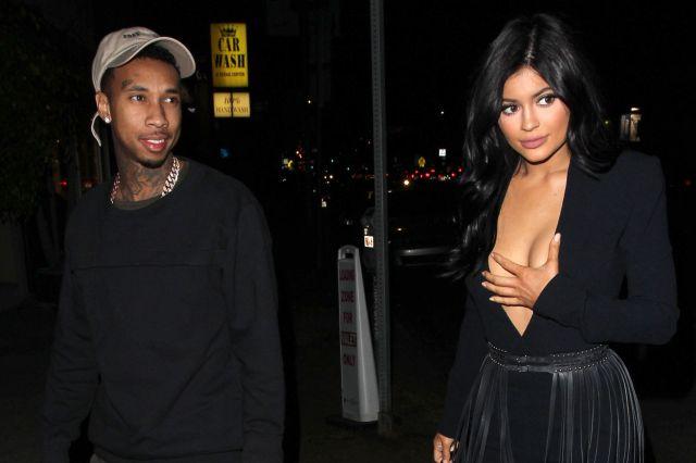 Emiten orden de arresto contra el novio de Kylie Jenner