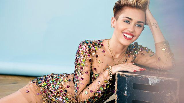 Miley se deja manosear por sus fans