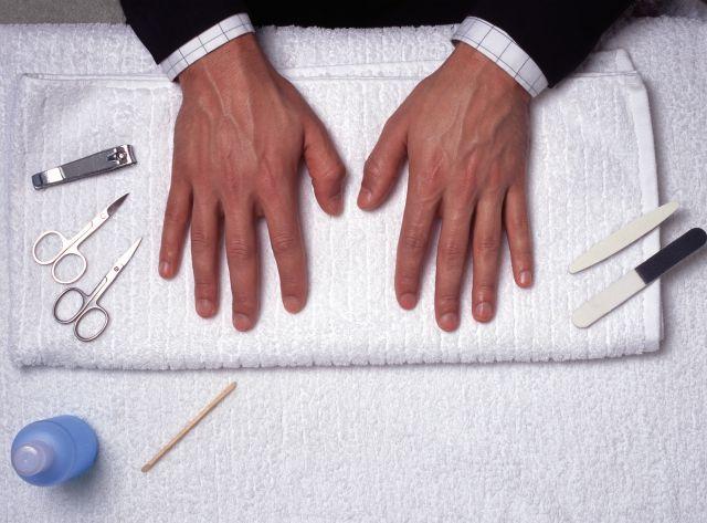 Un varón, lomo plateado, ¿debe limarse las uñas?