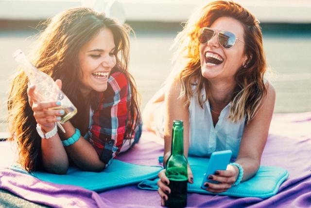 Beber cerveza trae beneficios a las mujeres