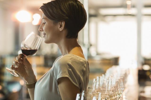 Tomar una copa de vino tinto es igual de sano a una hora de ejercicio