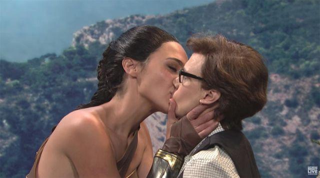 Gal Gadot besó a otra mujer en parodia de Wonder Woman