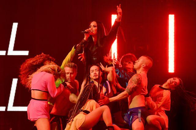 Demi Lovato enloqueció a sus fanáticos al besar a una mujer en el escenario