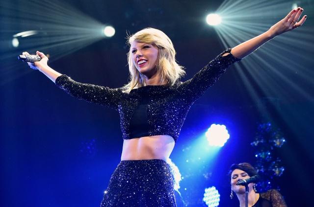 Taylor Swift se queda atrapada sobre un plataforma voladora durante concierto