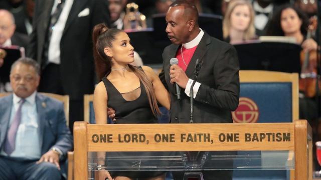 Obispo que acosó a Ariana Grande en funeral de Aretha Franklin se disculpa