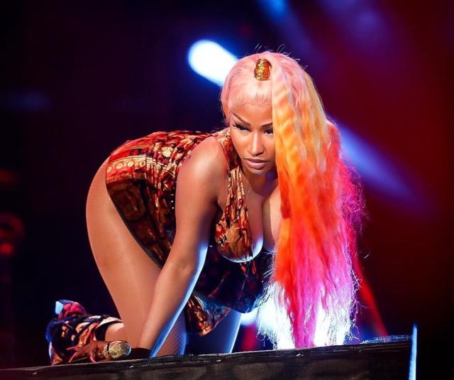 Nicki Minaj terminó con sus senos al descubierto en medio concierto