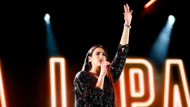 Dua Lipa defiende a fans expulsados de su concierto por llevar banderas LGTBI