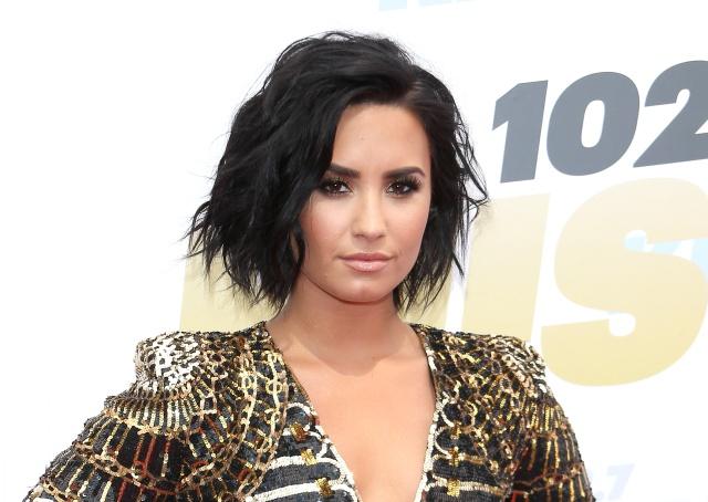 Demi Lovato salió de rehabilitación acompañada por su nuevo novio