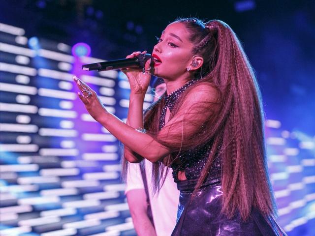 Ariana Grande besa a otra mujer y las redes sociales enloquecen