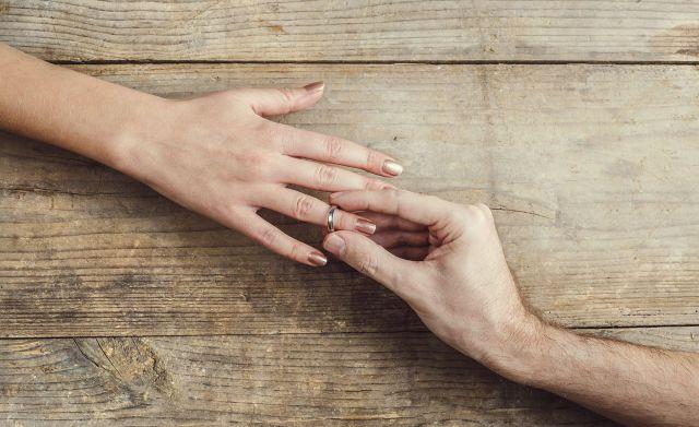 Le propuso matrimonio en una terminal de buses en San José