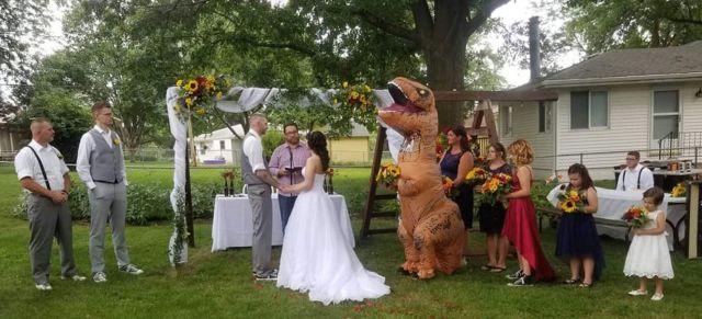 Dama de honor llega a la boda de su hermana disfrazada de T-Rex