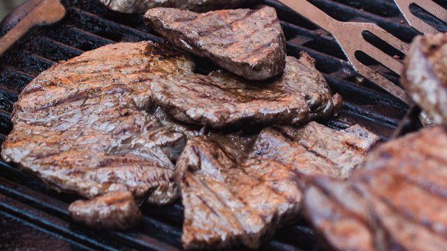 Mujer vegana denuncia a sus vecinos por hacer carne asada