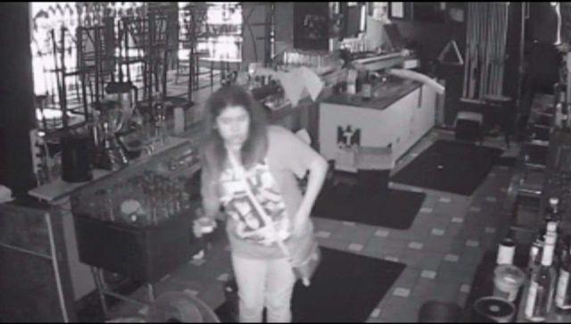 Mujer se quedó atrapada en un bar y aprovechó para seguir bebiendo