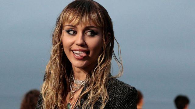 Miley Cyrus le demuestra su amor a Cody Simpson con un tatuaje