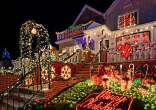 Solicitan a familia que quiten sus adornos navideños por ponerlos demasiado pronto