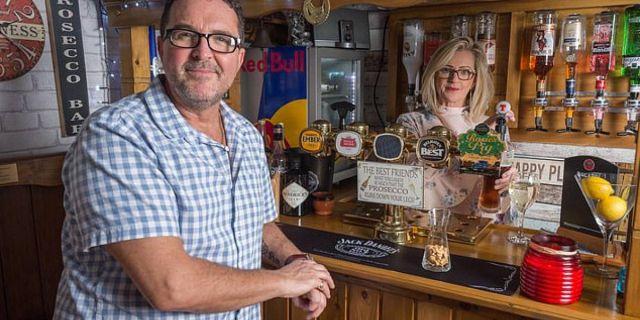 Mujer le construye un bar a su esposo para que pase más tiempo en casa