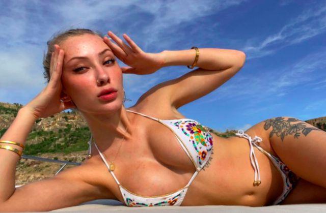 Joven modelo ofrece su 'pack' por cada donación que ayude a Australia
