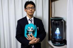 Se casa con un holograma y quedará viudo... ¡por una actualización de software!