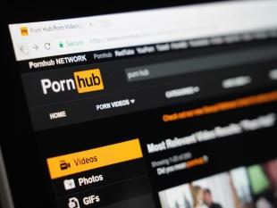 Hombre demanda a PornHub por falta de subtítulos en sus videos