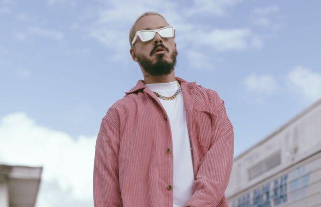 J Balvin y su viaje visual de colores, continúan con el video de 'Rosa'