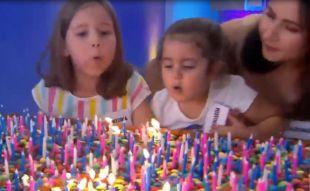Las niñas del pastel apagan juntas 500 velas