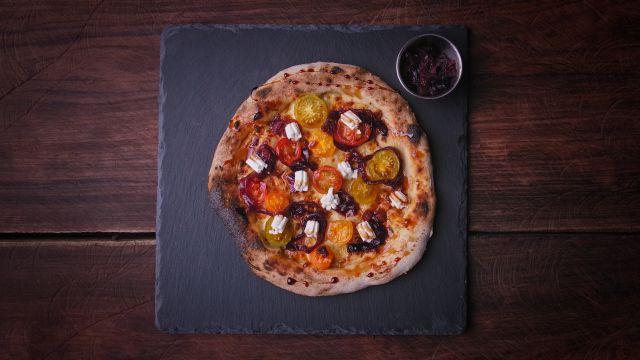 La Capra es una de sus especialidades, una pizza vegetaria con deliciosos contrastes.